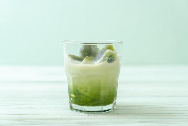 Matcha groene thee ijsblokje met melk