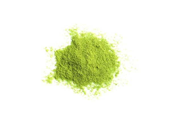 Matcha groene thee in poedervorm die op wit wordt geïsoleerd