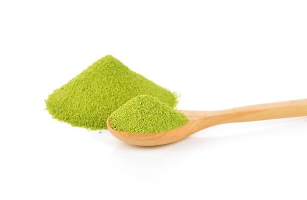 Matcha groene thee in poedervorm, geïsoleerd op wit