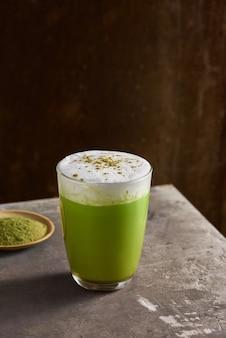 Matcha groene thee latte in glazen beker