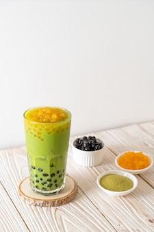 Matcha groene thee latte met bubbels en honingbellen