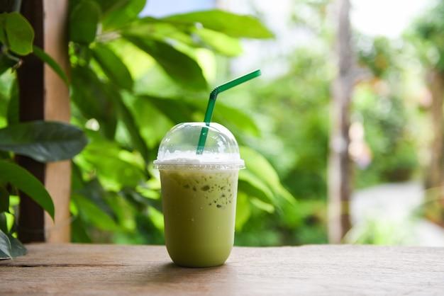 Matcha groene thee met melk in plastic glas