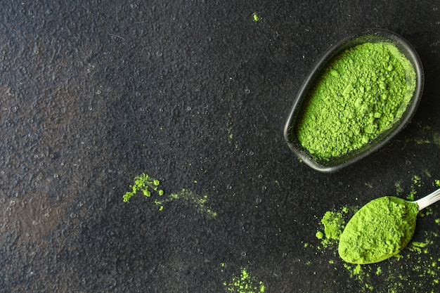 Matcha - groene thee poeder, voedingssupplement, donkere achtergrond