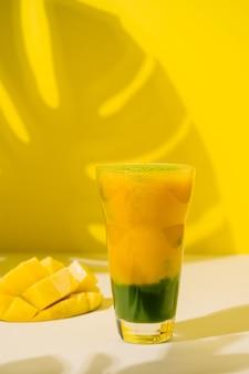 Matcha groene thee veganistische smoothie met mango