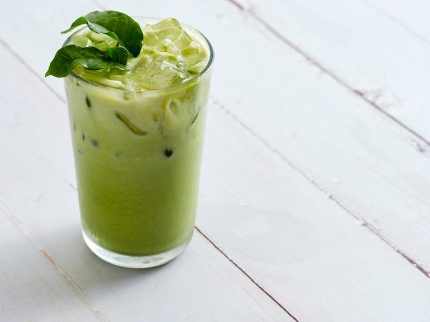 Matcha latte thee met blaadjes.