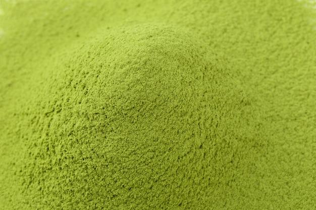 Matcha poeder groene thee geïsoleerd op een witte achtergrond