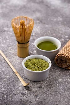 Matcha thee en bamboe klopper