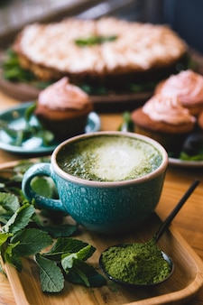 Matcha-thee met munt en snoep, cupcakes en cake