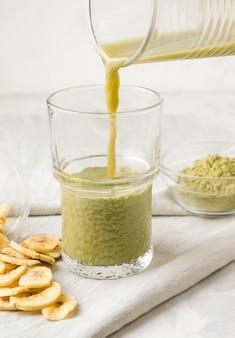 Matcha-thee op een grijze achtergrond. koken. gezond ontbijtconcept