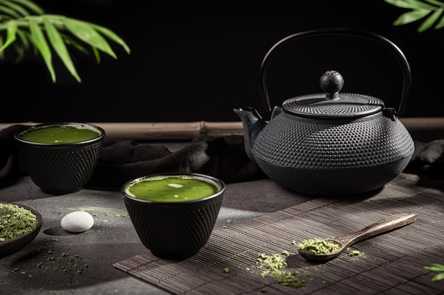 Matcha theepoeder en thee accessoires op donkere achtergrond. thee ceremonie. traditionele japanse drank.