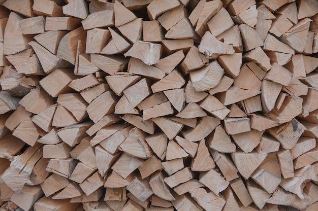 Materiaal voor het verwarmen van het huis. voorbereiding van brandhout voor de winter. achtergrond van brandhout. een stapel brandhout.