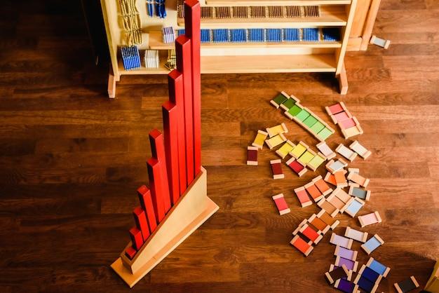 Materiaal voor montessori-achtige scholen van kleuren en wiskunde.