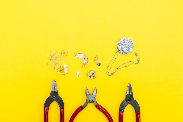 Materialen en hulpmiddelen om toebehoren op gele achtergrond te maken