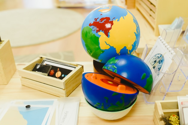 Materialen in een klaslokaal voor studenten van montessori alternatieve pedagogiek.