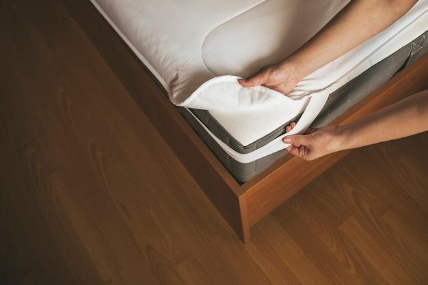 Matrasbeschermer op de matras