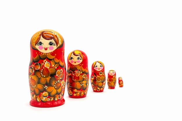 Matryoshkapoppen op een witte achtergrond worden geïsoleerd die. russische houten pop souvenir.