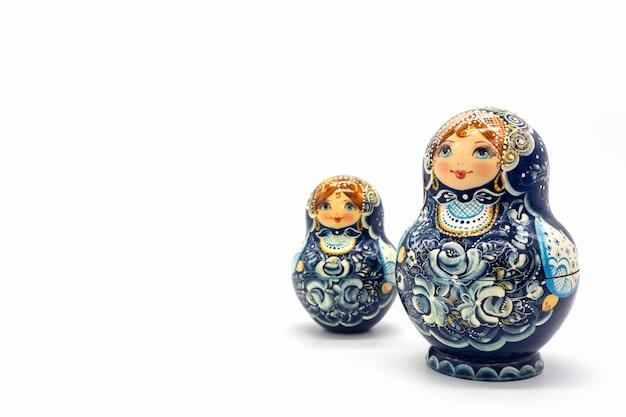 Matryoshkapoppen op een witte achtergrond worden geïsoleerd die. russische houten poppenherinnering.