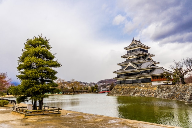 Matsumoto castle (matsumoto-jo) en rode brug in het oosten van honshu