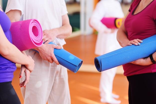 Matten voor fitness of yoga in de handen