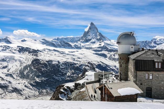 Matterhorn en zwitserse alpenachtergrond, zermatt, zwitserland.