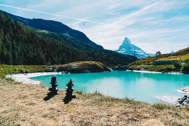 Matterhorn met mosjesee-meer in zermatt