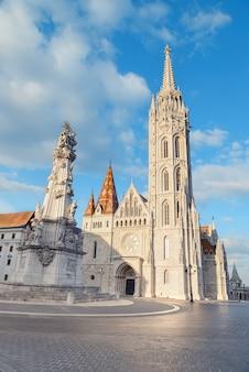 Matthias kerk en het standbeeld van de heilige drie-eenheid in boedapest, hongarije