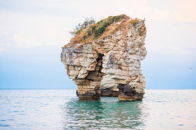 Mattinata faraglioni-stapels en strandkust van mergoli, vieste gargano, apulia, italië.