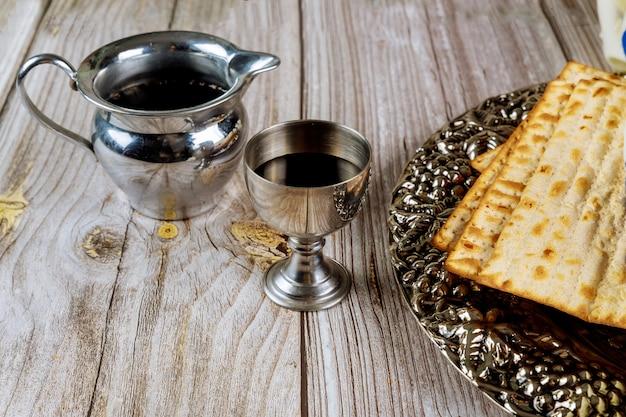 Matzah en een zilveren beker vol wijn. joodse feestdagen concept.