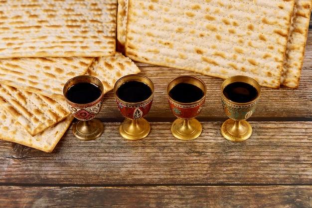 Matzah en vier kopjes wijn