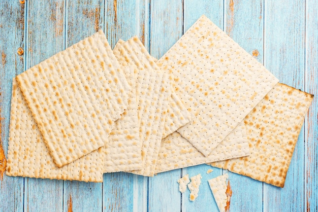 Matzah op blauwe houten tafel. joods traditioneel. pascha brood. bovenaanzicht.