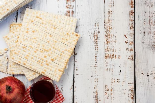 Matzah op witte houten tafel. joods traditioneel. pascha brood. bovenaanzicht.