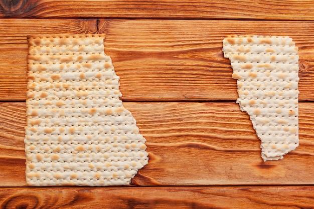 Matzo-brood voor joodse feestdagen met hoge feestdagen op tafel