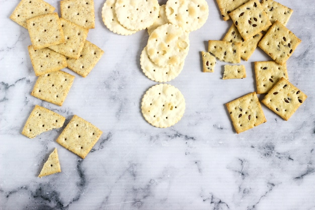 Matzo-crackers, zoute crackers met sesamzaadjes en lijnzaad