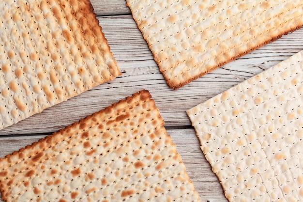 Matzobrood voor joodse feestdagen met hoge feestdagen op tafel