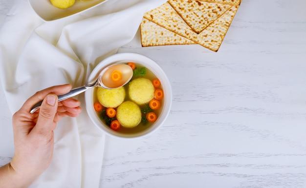 Matzoh bolletjes soep met pesach pascha symbolen