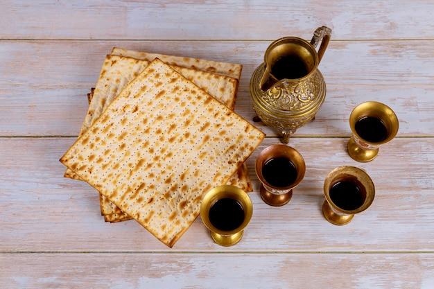 Matzoh joods pesachbrood in de traditionele kosher glazen wijnvakantie