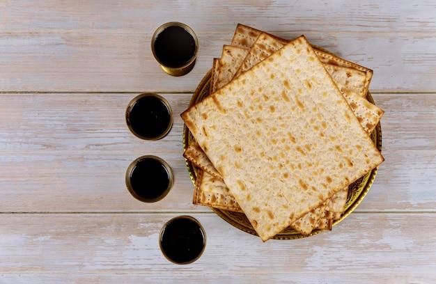 Matzoh joodse vakantie rode koosjer zes wijnglazen matza pascha haggadah