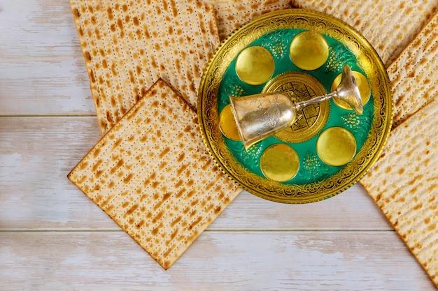 Matzoh joodse vakantie rode koosjere glazen wijn met een pascha haggadah