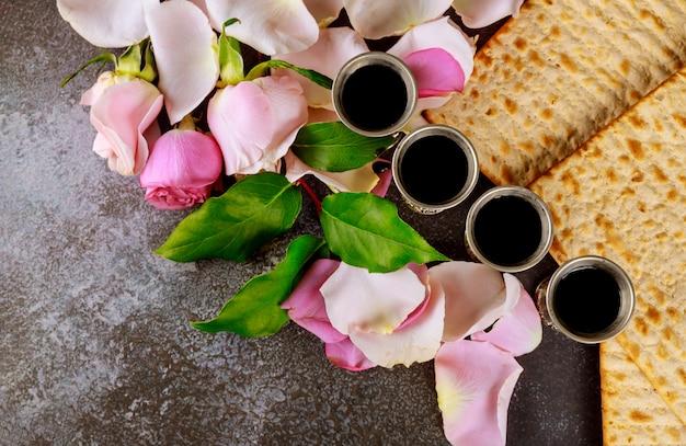 Matzos van pascha feest met matzo ongezuurde broden op kiddush kopje wijn