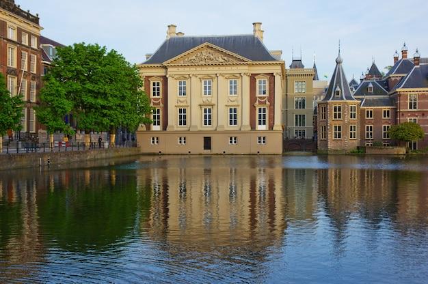 Mauritshuis gebouw over vijver, den haag, nederland
