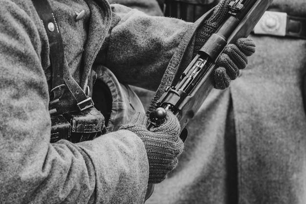 Mauser geweer in handen van een duitse soldaat. tweede wereldoorlog
