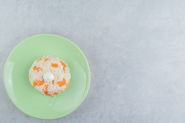 Mayonaise op de rijst in de plaat, op de marmeren achtergrond.