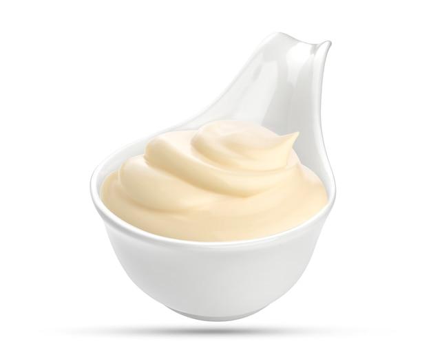Mayonaisesaus in kom op wit wordt geïsoleerd dat