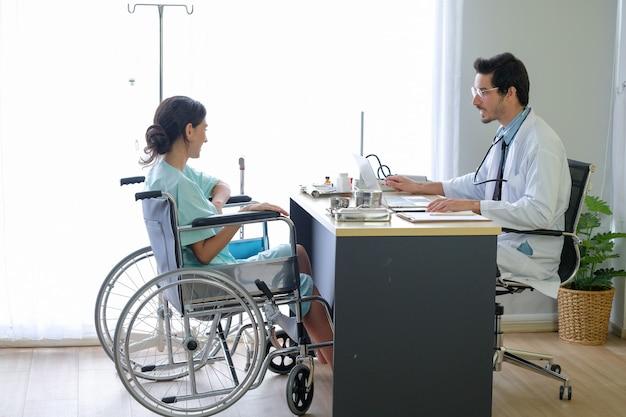 Mdokter en patiënt praten over ziekte in het ziekenhuis