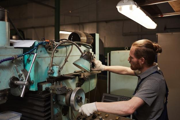 Mechanic bezig met draaibank