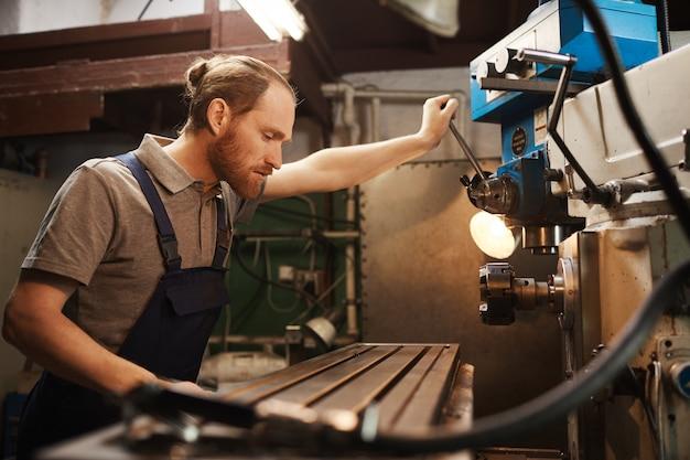 Mechanic controleert de machine