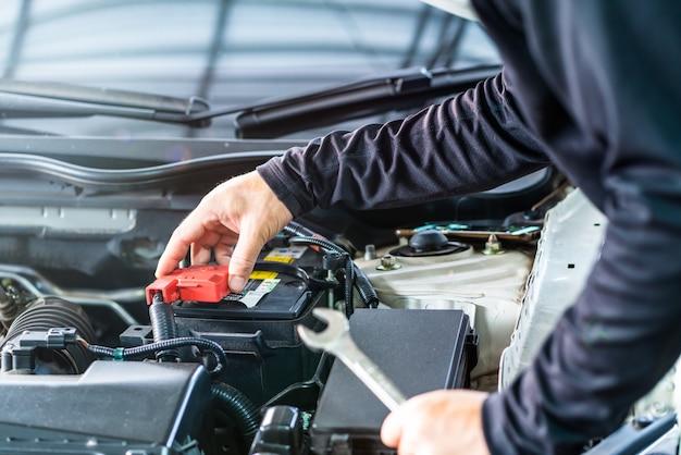 Mechanic man check batterijkast deksel, inspectie en oplettendheid