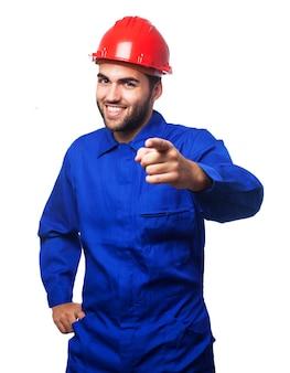 Mechanic wijzend met een helm