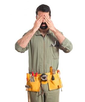Mechanicus die zijn ogen bedekt