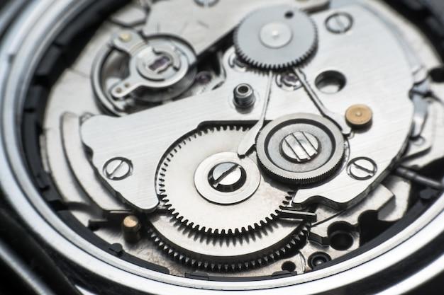 Mechanisch horloge / gear clock. sluit omhoog radertjes en toestellen binnen klokachtergrond